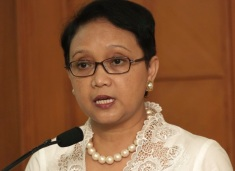 """FILE - In this Tuesday, Feb. 17, 2015 file photo, Indonesian Foreign Minister Retno Marsudi speaks during a press conference in Jakarta. Indonesia has """"given more than it should"""" to help hundreds of Rohingya and Bangladeshi migrants stranded on boats by human traffickers, Marsudi said Tuesday, a day before she was to meet with her counterparts from the other countries feeling the brunt of the humanitarian crisis. (AP Photo/Achmad Ibrahim, File)"""